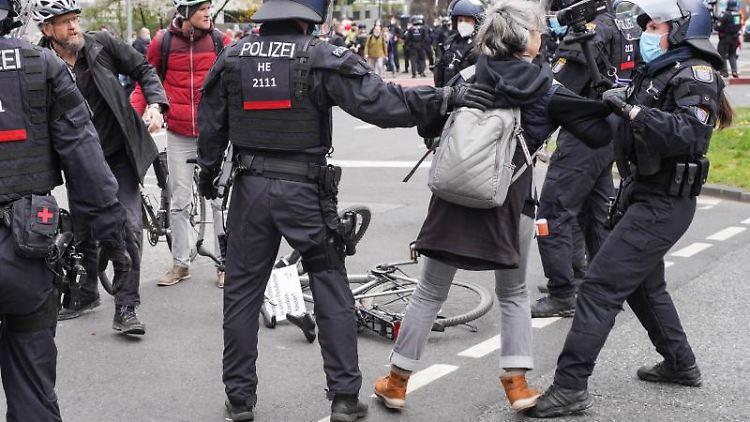 Einsatzkräfte der Polizei und Demonstranten der