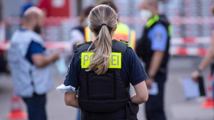 Polizisten stehen hinter Absperrbändern auf dem Gelände eines Baumarktes in Berlin-Wedding. Foto: Paul Zinken/dpa-Zentralbild/dpa