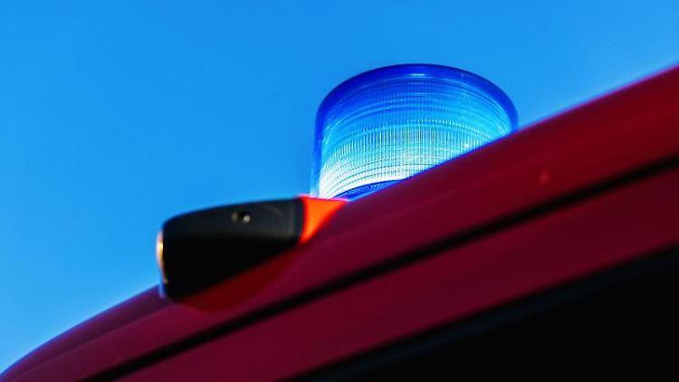 Das Blaulicht leuchtet auf dem Dach eines Feuerwehrfahrzeugs. Foto: Philipp von Ditfurth/dpa/Symbolbild