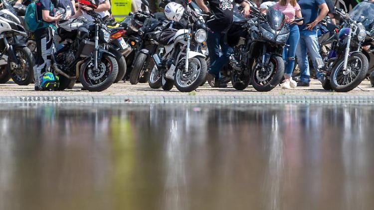 Zahlreiche Motorradfahrer nehmen an einer Demonstration teil. Foto: Hendrik Schmidt/dpa-Zentralbild/dpa/Archivbild