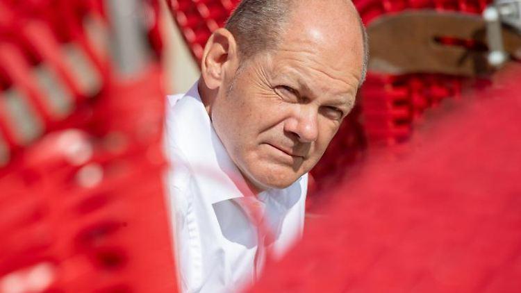 Olaf Scholz, Kanzlerkandidat und Spitzenkandidat der SPD, antwortet auf Fragen von Bürgern. Foto: Stefan Sauer/dpa