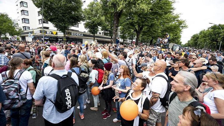 Demonstranten nehmen an einer unangemeldeten Demo gegen die Corona-Maßnahmen teil. Foto: Fabian Sommer/dpa