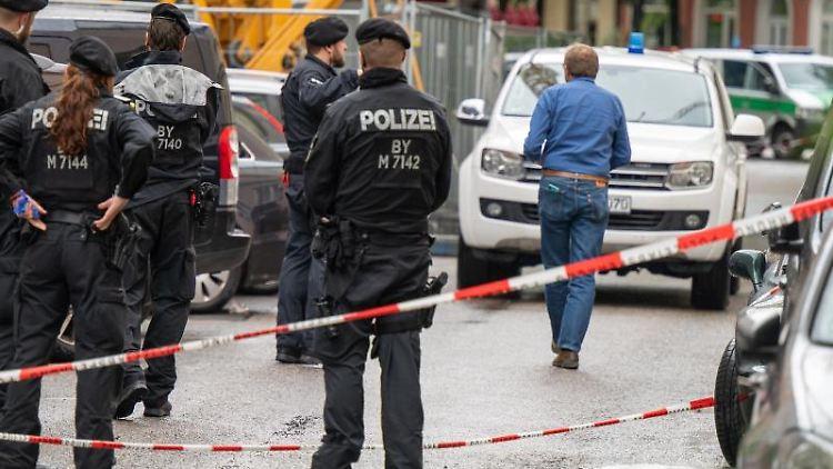 Polizisten stehen nach einer Schießerei in der gesperrten Milchstrasse im Stadtteil Haishausen. Foto: Peter Kneffel/dpa