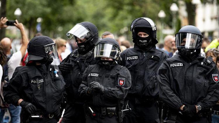 Die Polizei steht auf einer Demo gegen die Corona-Maßnahmen trotz Demonstrationsverbot. Foto: Fabian Sommer/dpa
