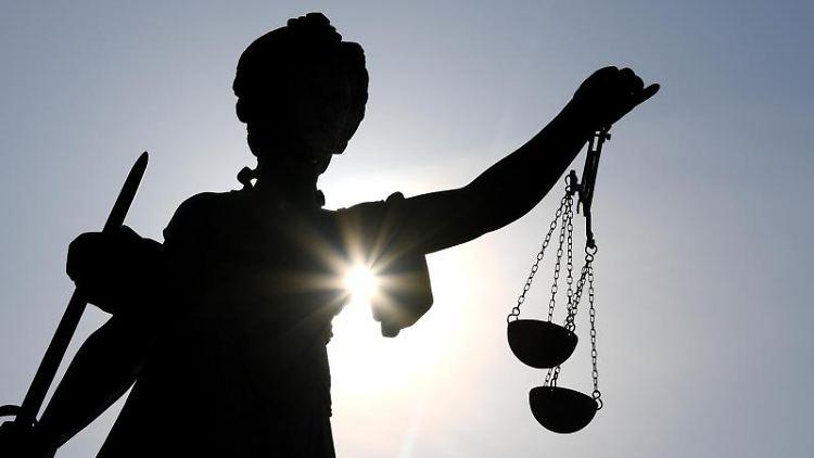 Eine Figur der Justitia hält Waage und Schwert in ihren Händen. Foto: Arne Dedert/dpa/Symbolbild