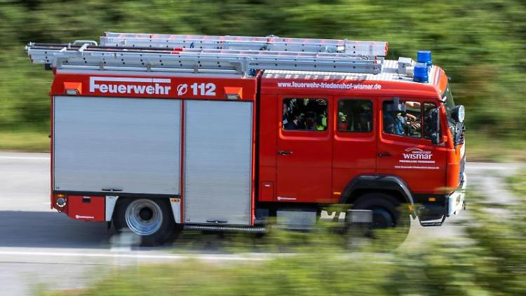 Ein Löschfahrzeug der Feuerwehr fährt zu einem Einsatz. Foto: Jens Büttner/dpa-Zentralbild/dpa/Symbolbild