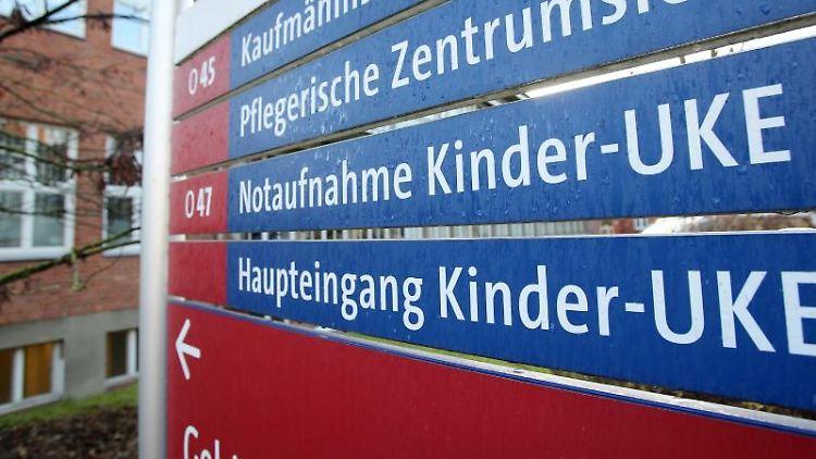 EinSchild weist den Weg zur Kinderklinik des Universitätsklinikums Hamburg-Eppendorf (UKE). Foto: Bodo Marks/dpa/Archivbild