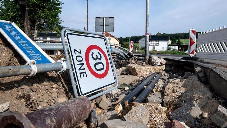 Ein Verkehrsschild ist in den aufgebrochenen Straßengraben gefallen. Foto: Marius Becker/dpa/Archivbild