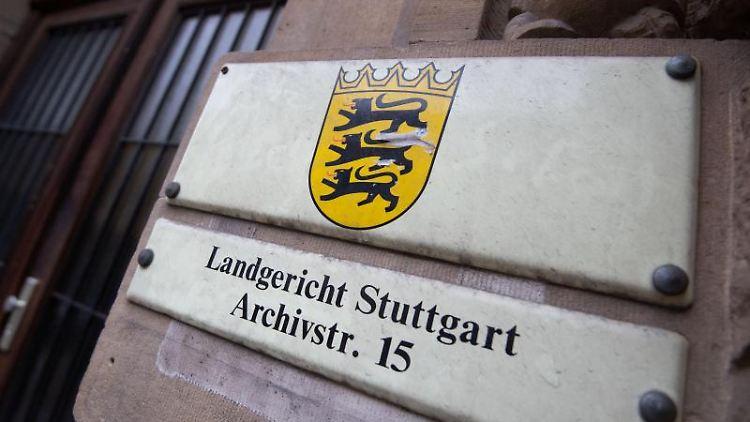 Ein Schild weist an einer Fassade auf das Landgericht Stuttgart hin. Foto: Marijan Murat/dpa/Archivbild