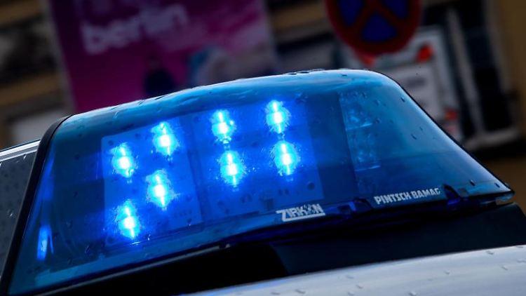 Ein Polizeiauto ist mit Blaulicht im Einsatz. Foto: Monika Skolimowska/dpa-Zentralbild/dpa/Symbolbild