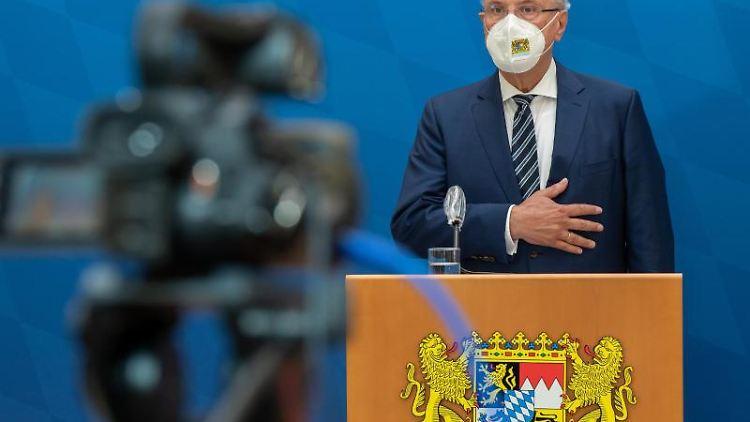 Joachim Herrmann (CSU), Innenminister von Bayern, spricht zur Presse. Foto: Peter Kneffel/dpa