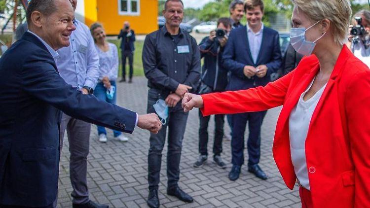 SPD-Kanzlerkandidat Olaf Scholz und Mecklenburg-Vorpommerns Ministerpräsidentin Manuela Schwesig. Foto: Jens Büttner/dpa-Zentralbild/dpa