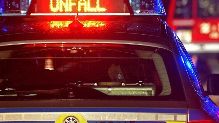 EinStreifenwagen der Polizei steht an einer Unfallstelle. Foto: Stefan Puchner/dpa/Symbolbild