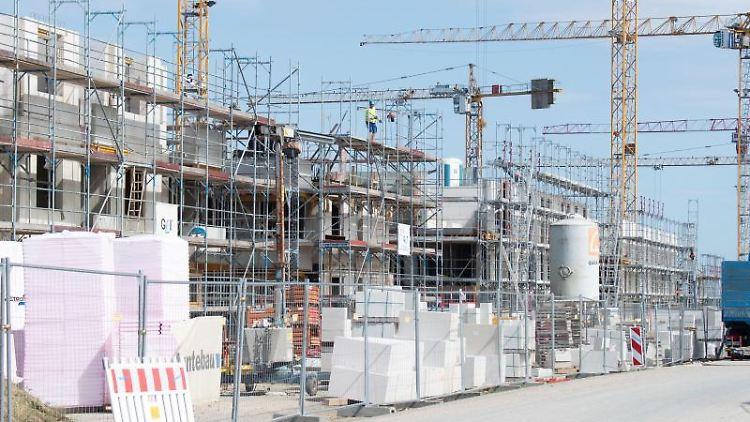 Mehrfamilienhäuser werden im Neubaugebiet Hannover-Kronsrode gebaut. Foto: Julian Stratenschulte/dpa/Symbolbild
