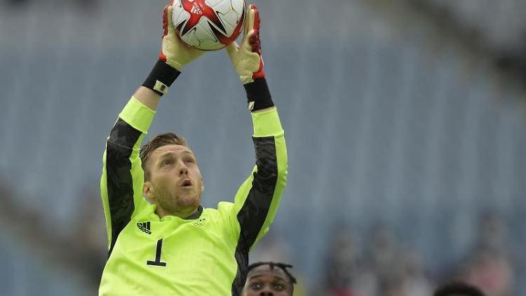 Deutschlands Torhüter Florian Müller fängt den Ball ab. Foto: Andre Penner/AP/dpa