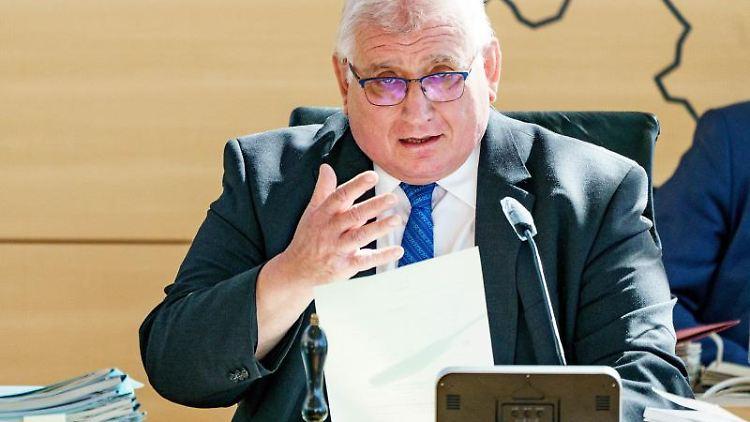 Klaus Schlie (CDU), Präsident des Schleswig-Holsteinischen Landtages, gestikuliert. Foto: Axel Heimken/dpa/Archivbild