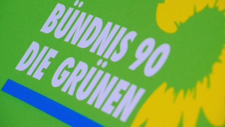Das Logo von Bündnis 90/Die Grünen steht auf einem Aufsteller der Partei. Foto: Stefan Sauer/dpa-Zentralbild/dpa/Symbolbild