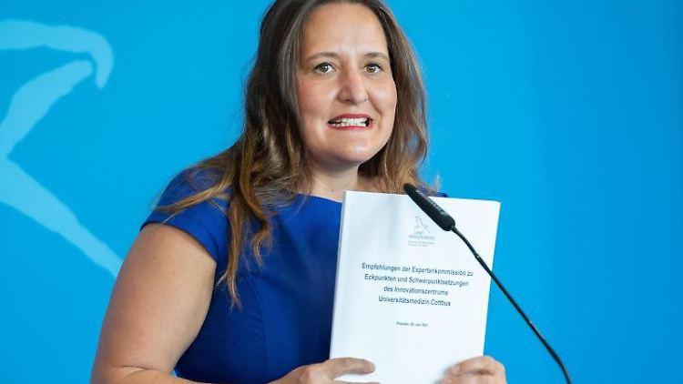 Manja Schüle (SPD) stellt bei einem Pressegespräch in Potsdam den Bericht einer Expertenkommission zum Aufbau der Universitätsmedizin in Cottbus vor. Foto: Paul Zinken/dpa