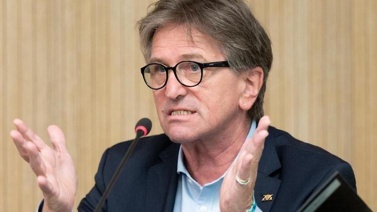 Baden-Württembergs Sozialminister Manfred Lucha spricht in Stuttgart. Foto: Bernd Weißbrod/dpa/archivbild