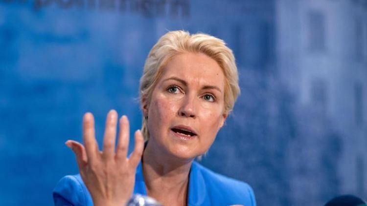 Manuela Schwesig (SPD) bei einer Pressekonferenz. Foto: Jens Büttner/dpa-Zentralbild/dpa/Archivbild