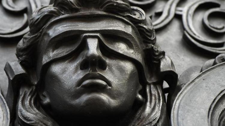 Eine Figur der blinden Justitia. Foto: Sonja Wurtscheid/dpa/Symbolbild