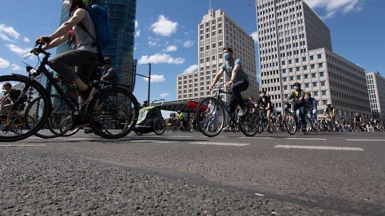 Teilnehmer der Fahrraddemonstration. Foto: Paul Zinken/dpa-Zentralbild/dpa/Archivbild