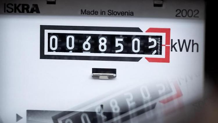 Ein Stromzähler zeigt in einem Mietshaus die verbrauchten Kilowattstunden an. Foto: Sina Schuldt/dpa/Symbolbild