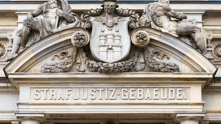 Die Aufschrift Strafjustizgebäude steht über dem Eingang des Landgerichts Hamburg. Foto: Markus Scholz/dpa/Archivbild