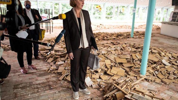 Yvonne Gebauer (FDP) steht in der Mensa der Glasfachschule in Rheinbach. Foto: Federico Gambarini/dpa
