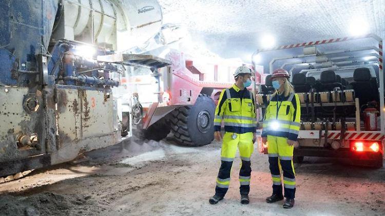 Baden-Württembergs Umweltministerin Walker bei ihrer Besichtigung des Salzbergwerks Heilbronn. Foto: Bernd Weißbrod/dpa