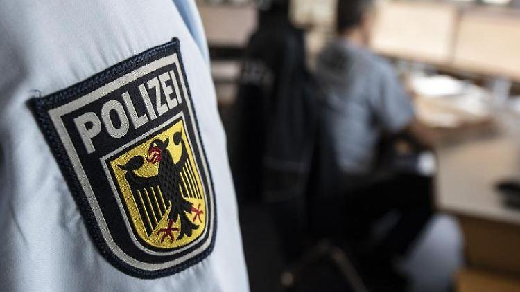 Ein Polizist der Bundespolizei steht in einer Leitstelle. Foto: Boris Roessler/dpa/Symbolbild