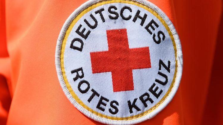 Das Logo Deutsches Rotes Kreuz auf der Jacke eines Helfers. Foto: Robert Michael/dpa-Zentralbild/dpa/Archivbild