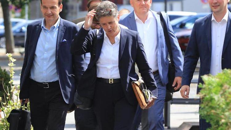 Lydia Hüskens, Vorsitzende der FDP Sachsen-Anhalt, geht zum Eingang eines Bürogebäudes. Foto: Peter Gercke/dpa-Zentralbild/dpa