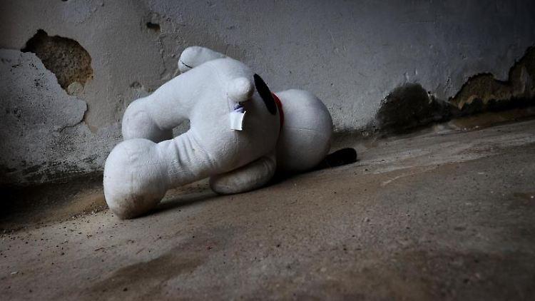 Ein Stofftier liegt vor einer Wand. Foto: Karl-Josef Hildenbrand/dpa/Symbolbild