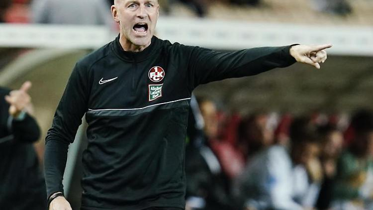 Kaiserslauterns Trainer Marco Antwerpen gestikuliert. Foto: Uwe Anspach/dpa/Archivbild