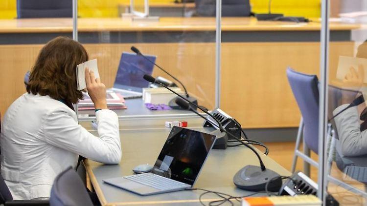 Die wegen Mordes angeklagte Frau sitzt vor Prozessbeginn in einem Saal des Landgerichts Regensburg. Foto: Daniel Karmann/dpa