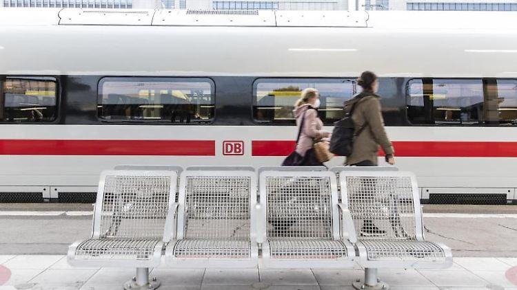 Zwei Frauen gehen am Stuttgarter Hauptbahnhof an einem ICE vorbei. Foto: Tom Weller/dpa