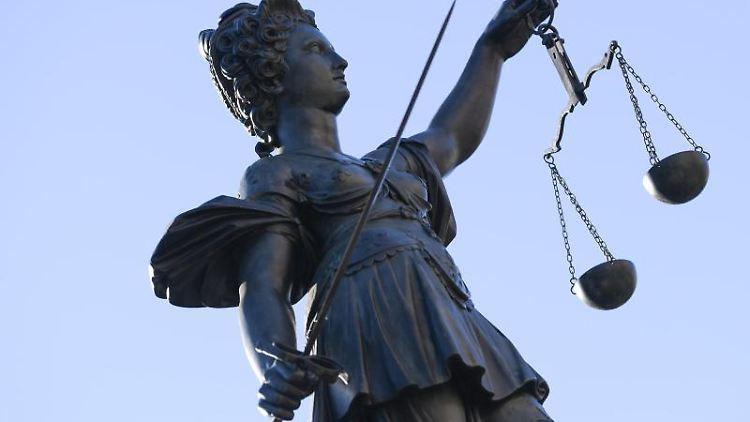 Eine Statue der Justitia steht unter freiem Himmel. Foto: Arne Dedert/dpa/Symbolbild