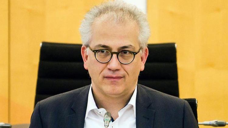 Hessens Wirtschafts- und Verkehrsminister Tarek Al-Wazir (Grüne) nimmt an einer Landtagssitzung teil. Foto: Andreas Arnold/dpa/Archivbild
