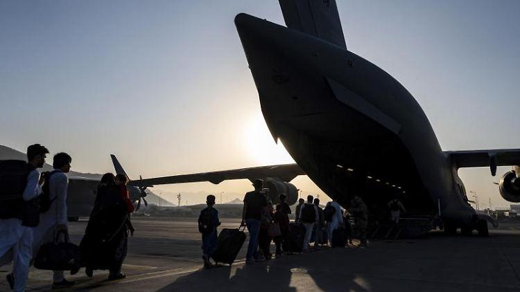 Afghanische Flüchtlinge während der Evakuierung vom Hamid Karzai International Airport in Kabul. Foto: Senior Airman Taylor Crul/U.S. Air Force via AP/dpa/Archivbild