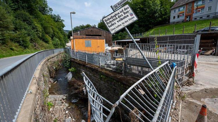Durch das Hochwasser zerstörte Zäune in Altena. Foto: Markus Klümper/dpa/Archiv