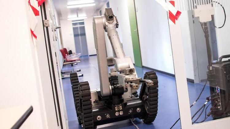 Ein Roboter fährt im Amtsgericht Pinneberg über einen gesperrten Flur. Foto: Daniel Bockwoldt/dpa