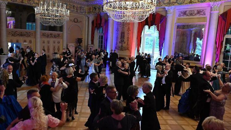 Teilnehmer tanzen bei der Ballnacht im Kasseler Ballhaus. Foto: Swen Pförtner/dpa