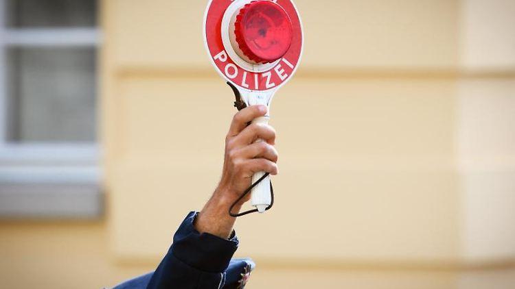 EinPolizist hält eine Winkerkelle in der Hand. Foto: Soeren Stache/dpa-Zentralbild/dpa/Symbolbild