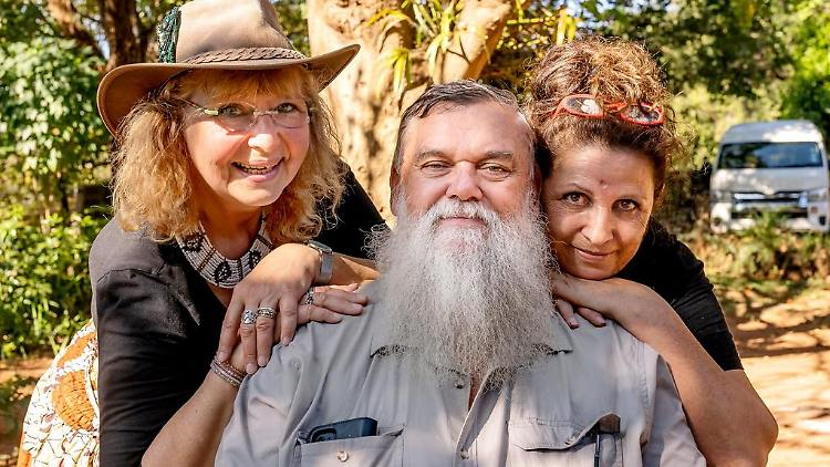 Farmer Werner hat fortan nur noch mit Karin (links) Spaß Quelle TVNOW.jpg