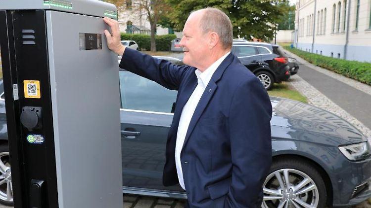 Thomas Webel (CDU, Verkehrsminister Sachsen Anhalt) steht an einer Ladesäule für E-Autos vor dem Ministerium für Landesentwicklung. Foto: Peter Gercke/dpa-Zentralbild/dpa