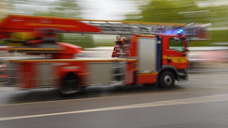 Ein Feuerwehrfahrzeug fährt zu einem Einsatz. Foto: Robert Michael/dpa-Zentralbild/ZB/Symbolbild