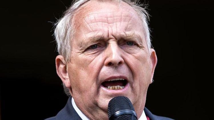 Landwirtschaftsminister Till Backhaus (SPD) spricht in ein Mikro. Foto: Jens Büttner/dpa-Zentralbild/ZB/Archiv