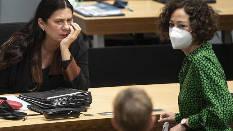 Bildungssenatorin Sandra Scheeres (l) und Wirtschaftssenatorin Ramona Pop im Abgeordnetenhaus. Foto: Fabian Sommer/dpa