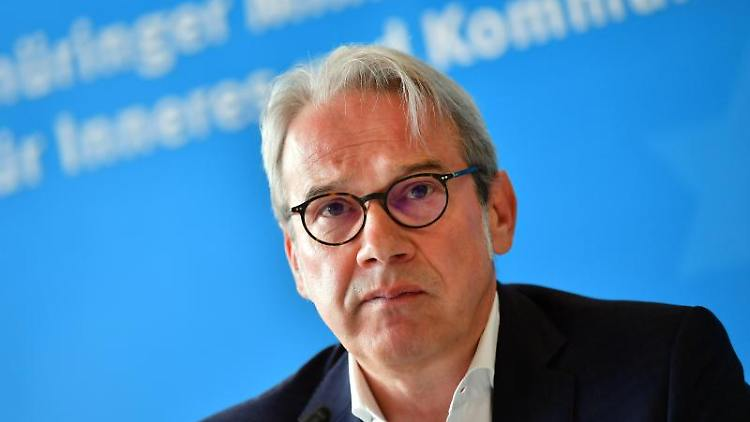 Georg Maier (SPD), Innenminister von Thüringen, stellt den Brand- und Katastrophenschutzbericht vor. Foto: Martin Schutt/dpa-Zentralbild/dpa